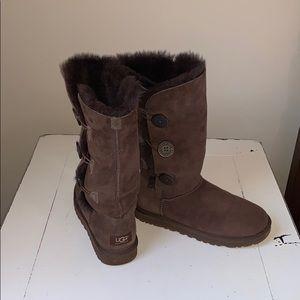 UGG tall chocolate Sherpa boot w/button side Sz 7